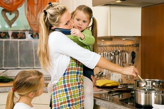 Kochen, um die Kids kümmern & organisieren: Gar nicht so einfach als Hausfrau. Grafikquelle: colourbox.com
