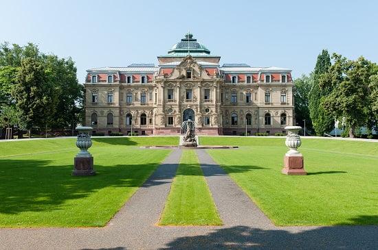 Der Bundesgerichtshof BGH Palais mit Brunnen. Quelle: bundesgerichtshof.de Joe Miletzki
