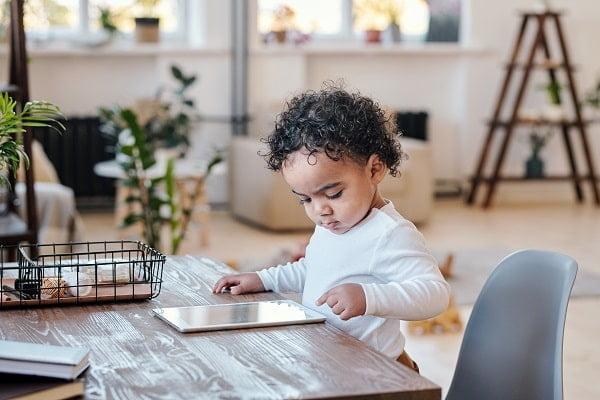 Ein deliktunfähiges Kind an einem Tablet: Ein Fall für die Haftpflichtversicherung?