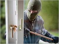 Ein Einbrecher beim Einbruchdiebstahl