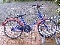 Fahrraddiebstahl - wo vorher drei Fahrräder angeschlossen waren, steht nun nur noch eins.