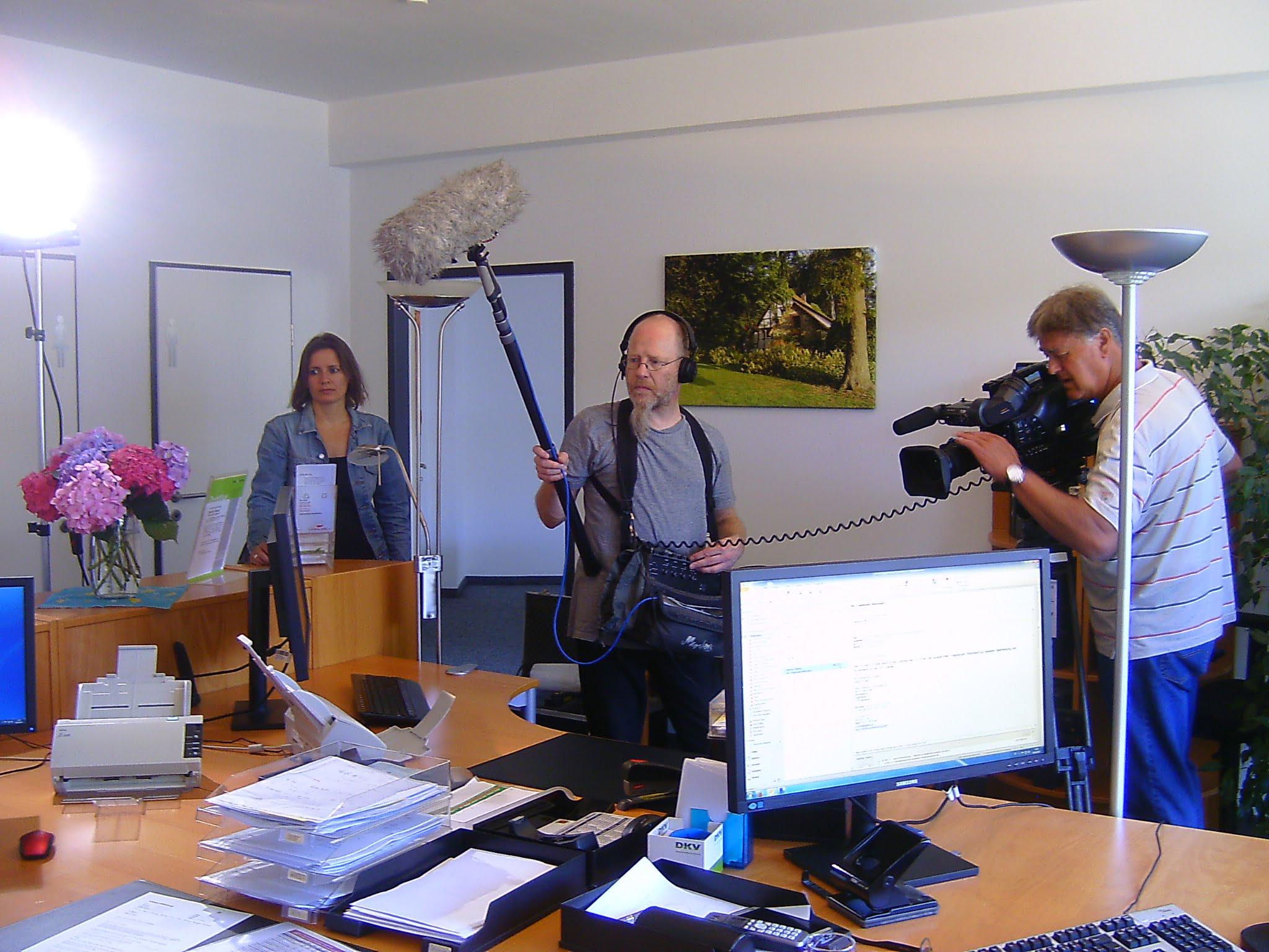 """Filmaufnahmen für """"Markt"""": Frau Höber und ein Team des NDR Osnabrück bei Helberg Versicherungsmakler."""
