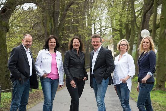 Über uns: Ein Foto des Teams von Helberg Versicherungsmakler im Frühjahr 2017.