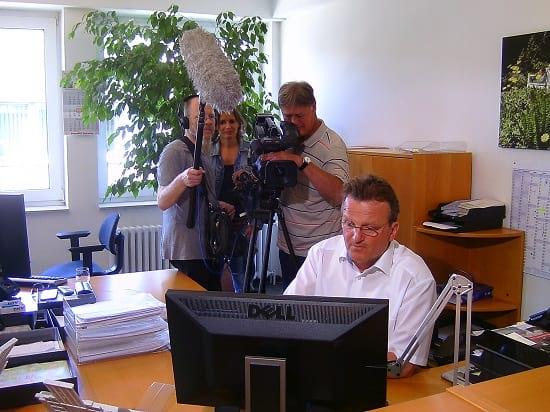 """Unterschied arbeitsunfähig berufsunfähig? Matthias Helberg erklärt es verständlich - hier bei Filmaufnahmen für """"Markt"""" vom NDR"""