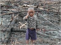 Trauriges Kind in Not. Auch ihm kann so einfach geholfen werden. Foto: terre des hommes