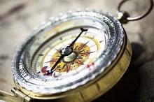 Ein Kompass gibt Orientierung: Was ist ein Versicherungsmakler?