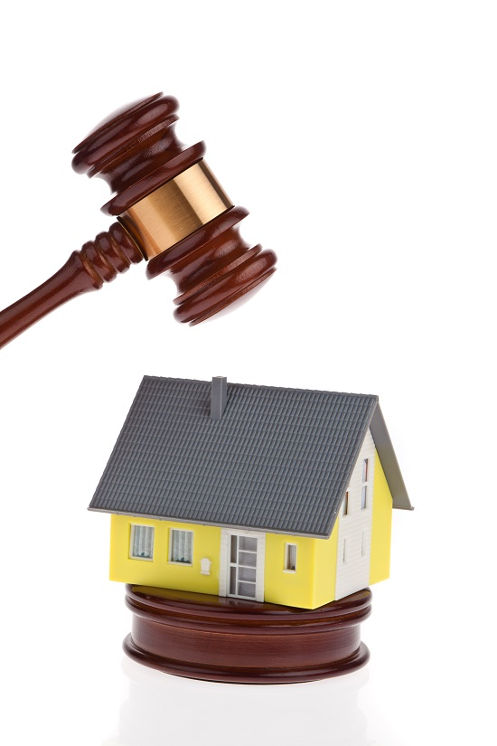 Muss das Haus zwangsversteigert werden, wenn der Haupternährer verstirbt und nicht durch eine Risikolebensversicherung versichert war?? Grafikquelle: colourbox.com